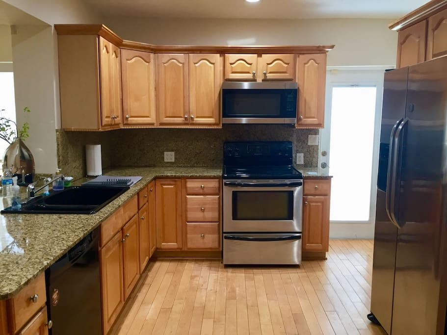 Fully equipped kitchen with refrigerator, microwave, oven, dishwasher, coffee maker, etc