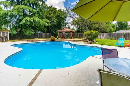Clean-Cozy- Fun-All Hardwood Home w/POOL in Chico!