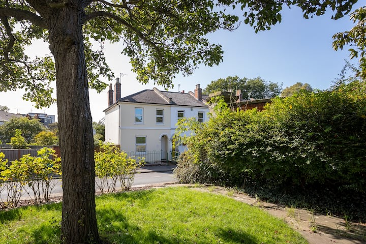 Lovely Town Centre four bedroom House
