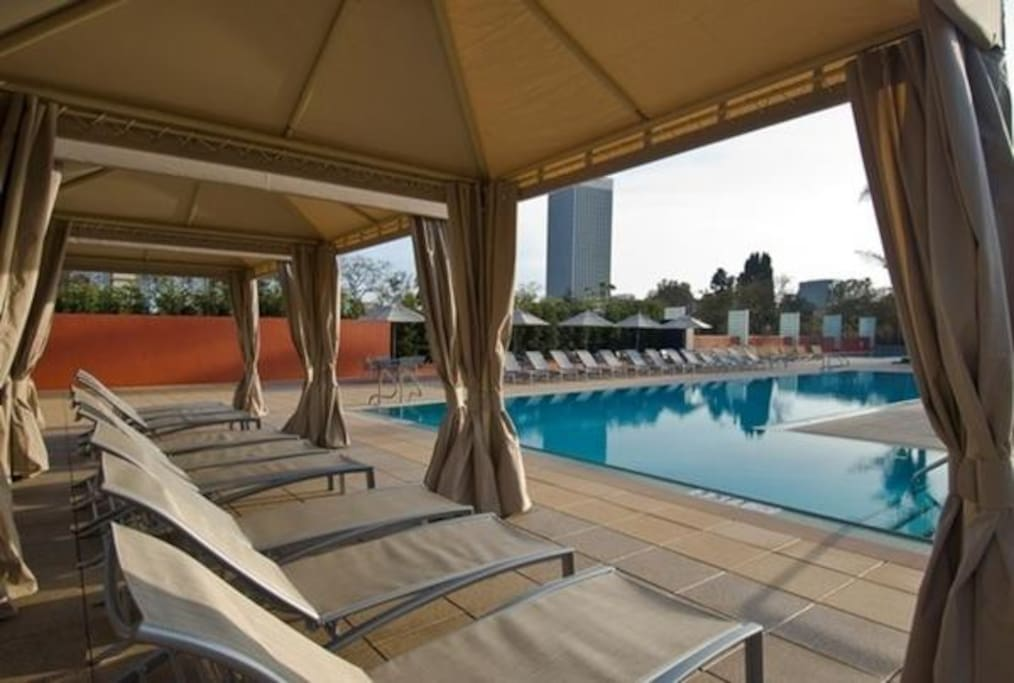 resort-style pools & jacuzzi