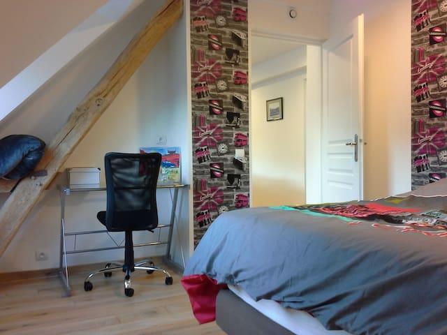 Chambre 1 avec un lit 2 personnes avec bureau