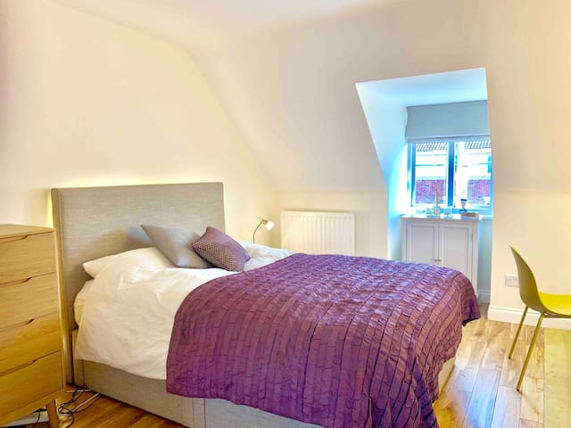 Luxury double en-suite, nr. station, LHR, Windsor