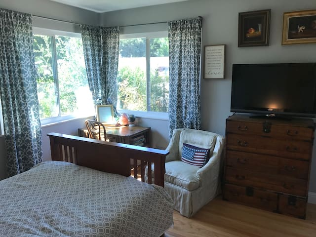 Sunny room available in Saratoga!