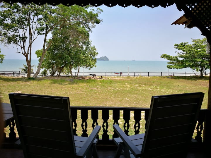 Sri Ketapang Beachfront Chalet - Pondok Awang