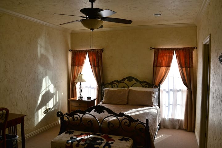 The Brown Room at Oak Creek RV Resort - Weatherford - Apartemen