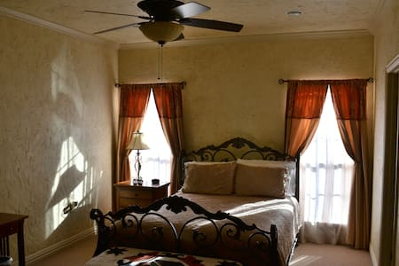 The Brown Room at Oak Creek RV Resort - Weatherford - Apartment