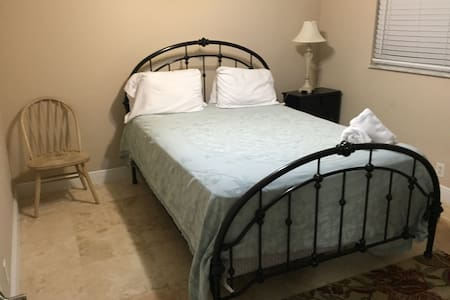 Share my house private 2 Bed rooms - Fort Lauderdale - House