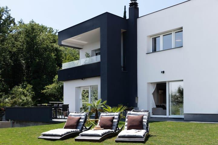 Villa Sol w/3BD 2.5BR View Deck