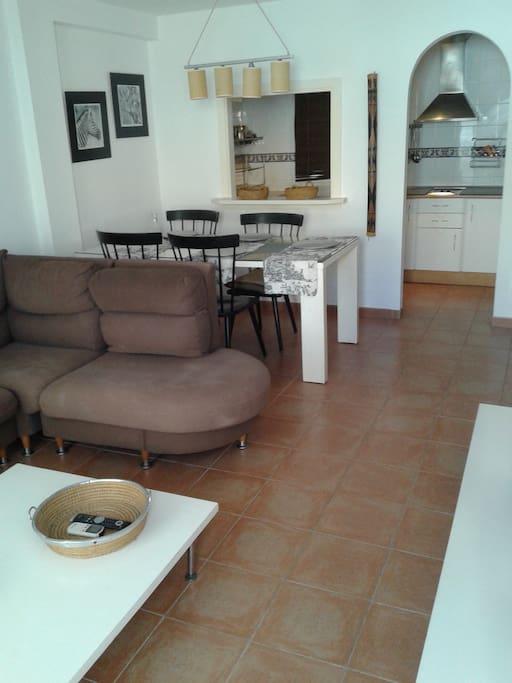 Precioso apartamento con piscina en garrucha playa flats for Cocina unida a salon