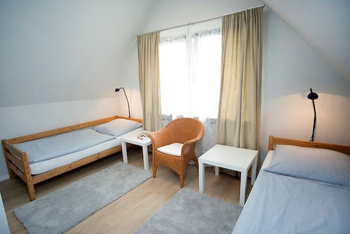 Schlafbereich 2 mit zwei Einzelbetten.