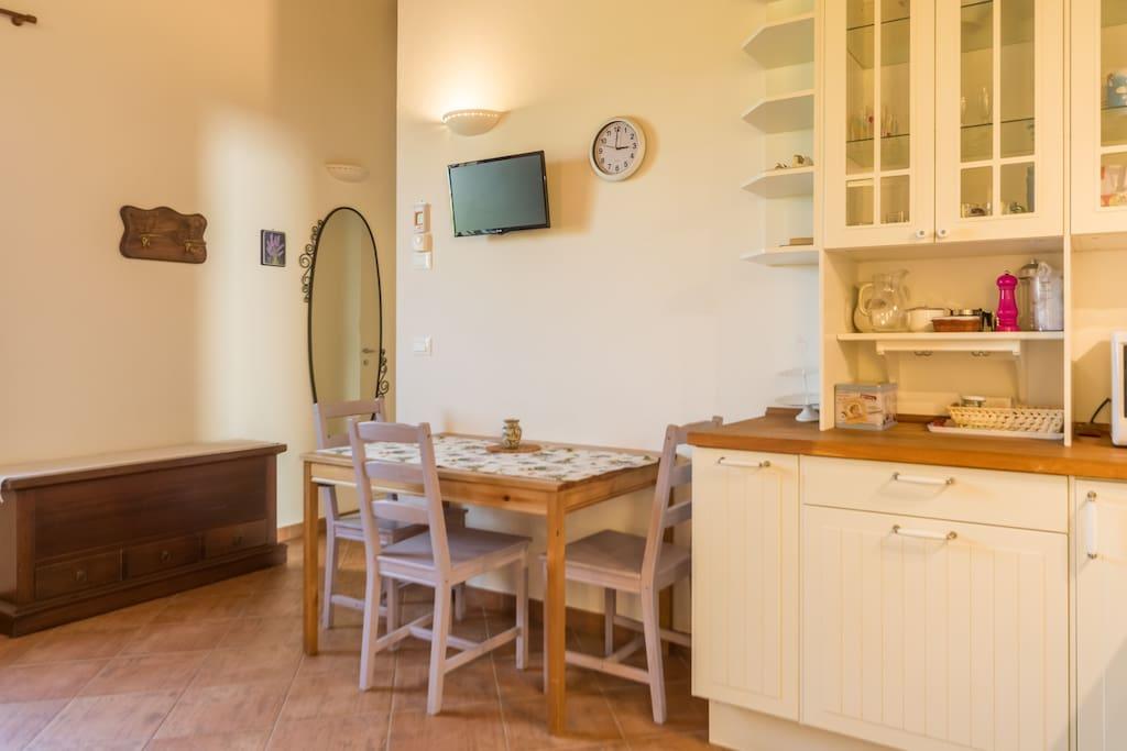 Scorcio cucina e tavolo Mini appartamento (Lavanda)