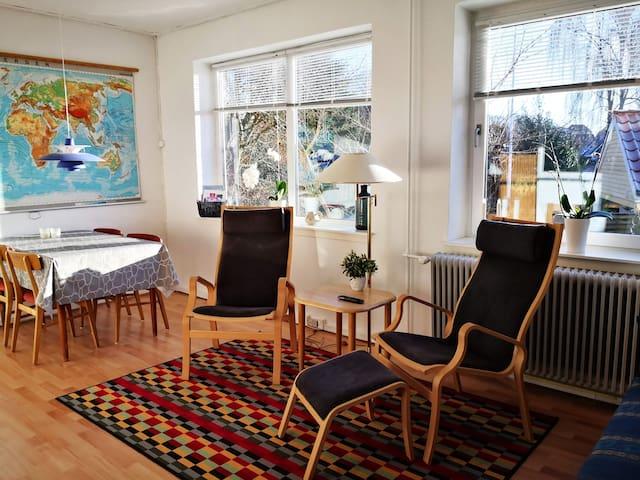 Stort og hyggeligt værelse med eget bad og indgang