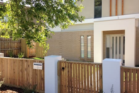 Beautiful 2 bedroom townhouse with large bbq area - Brighton East