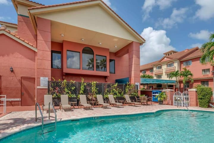Coastal Dream! Amazing Unit for Couples, Pool