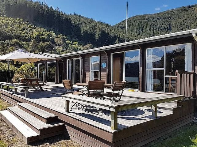 Waterfront Cottage - Mahau Sound Holiday Home