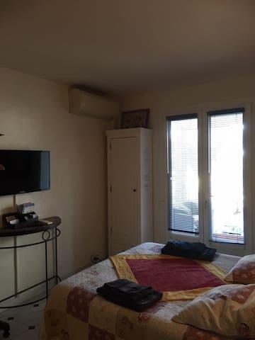 Télévision ;  Air Conditionné