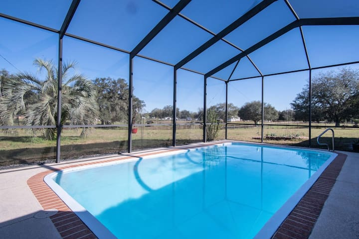 Elegant Holiday Home in Zephyrhills near Skydive City