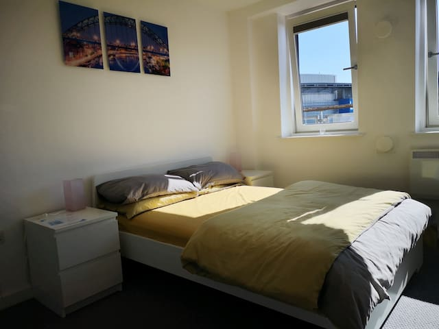 Private en-suite bedroom - centre of Newcastle