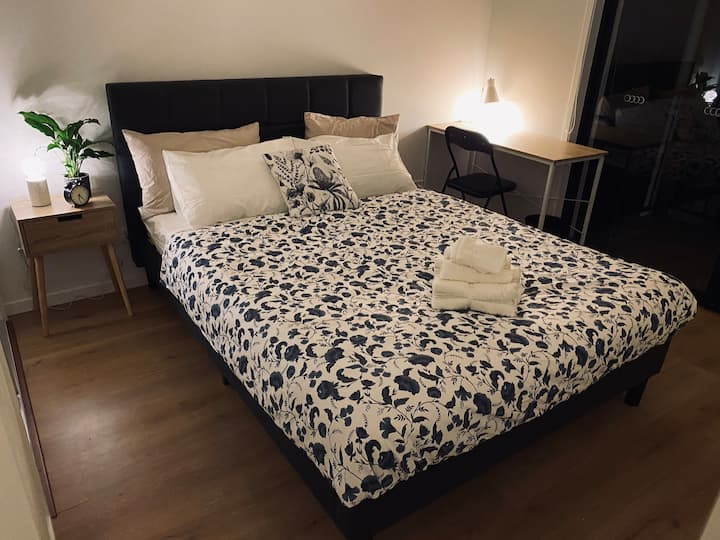 Queen Bed with 2 shared bathrooms with a Balcony