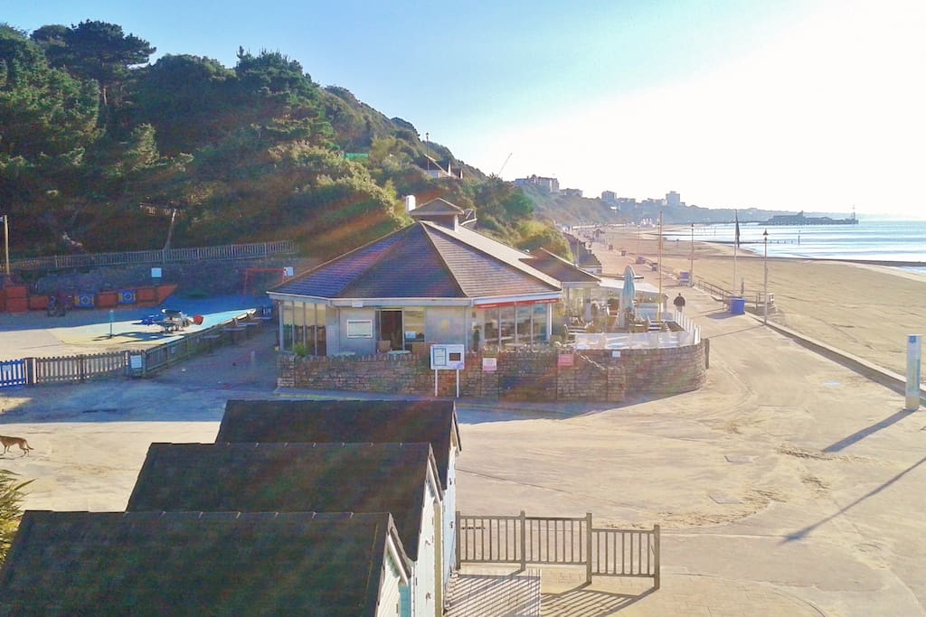 3 min walking distance to Alum Chine beach, playground and Italian restaurant and ice cream bar. Bournemouth Pier is only 1 mile away.