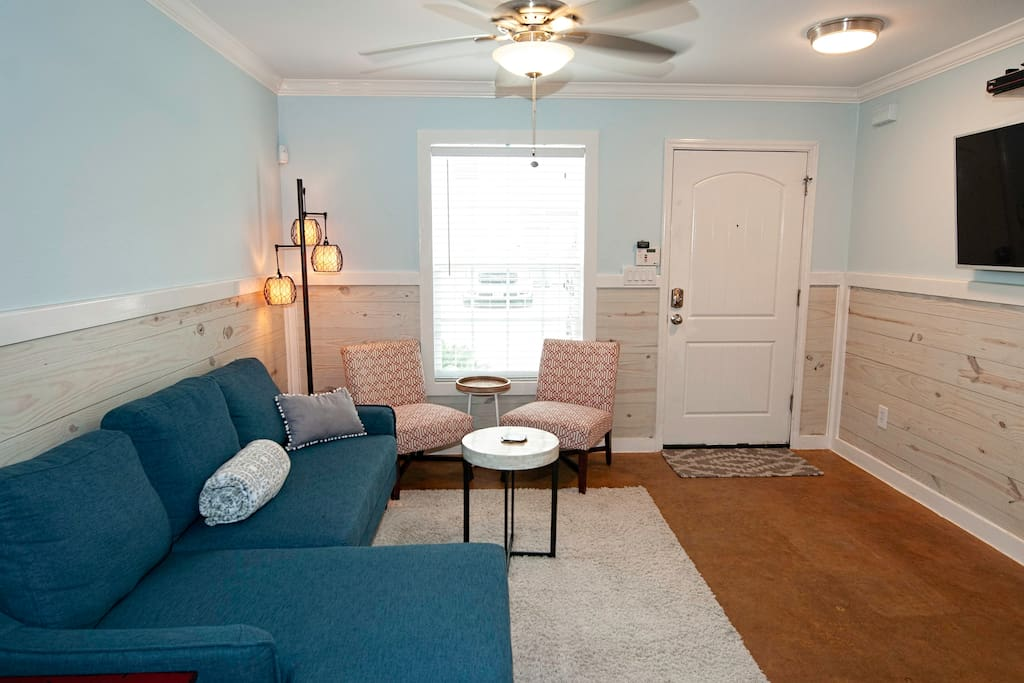 Inviting living area with plenty of seating and a flat screen TV. Complimentary Wi-Fi provided.