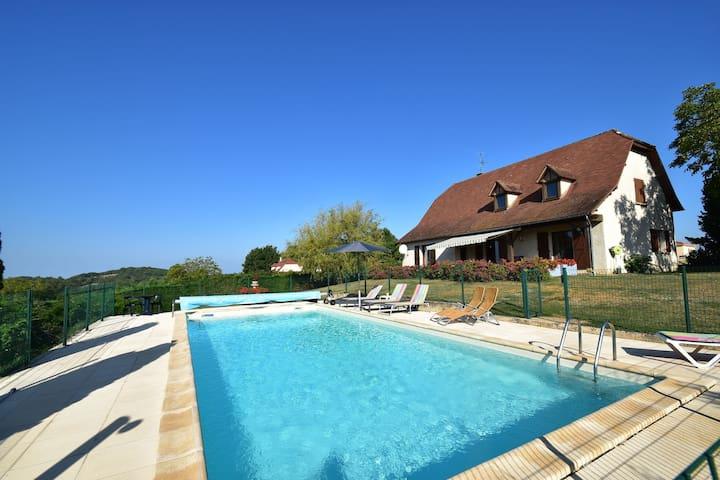 Komfortable Villa in der Nähe von Alvignac, mit eigenem Pool und herrlicher Aussicht