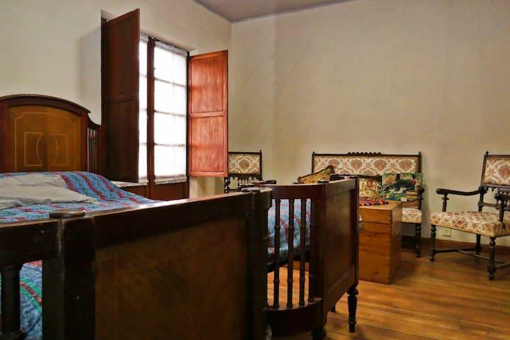Casa Ramirez: Chambre Style 19° (private bathroom)