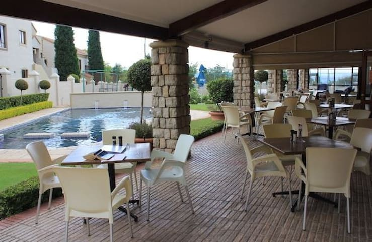 Chateaux 147, Lonehill. Fourways