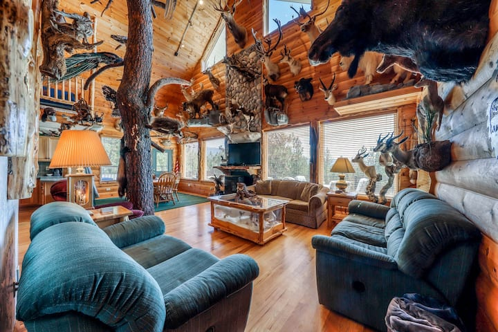 Secluded hunting lodge w/ amazing mounted collection, deck & firepit - 2 dogs OK