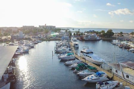 BedderontheLake Houseboat - Amazing Location!