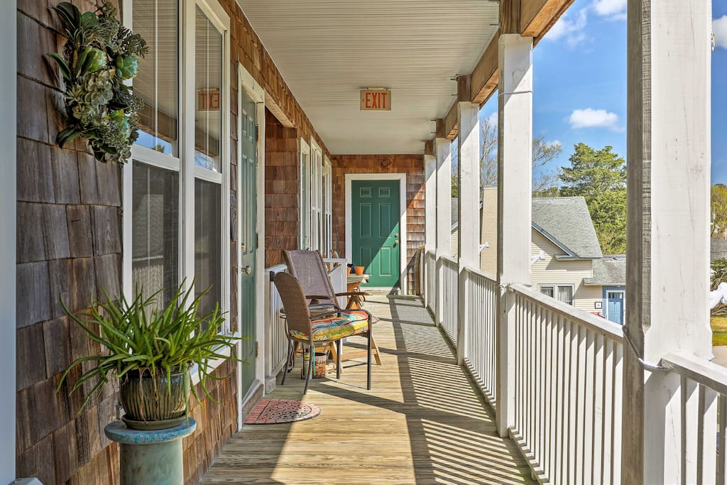 The Manteo studio apt. is great for 2 and is within walking distance of the bay.
