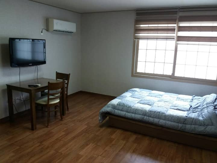 Cheap Shin-Jeju Apt for English Speakers