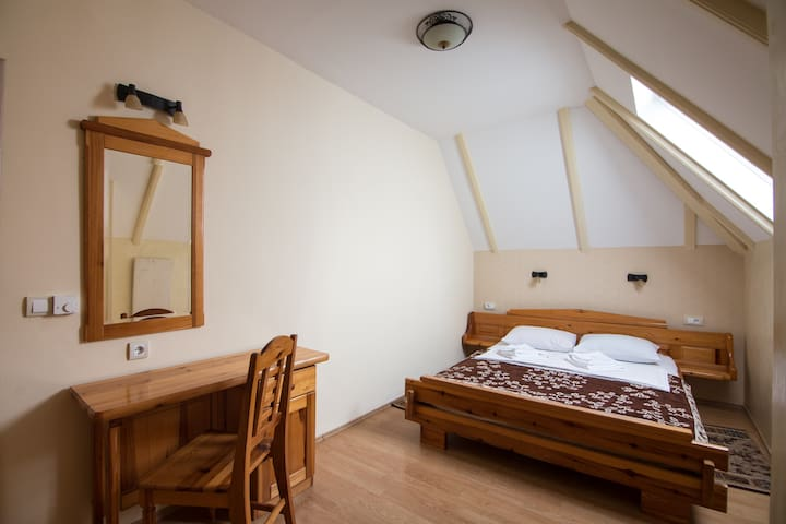 Bedroom 1 With king-size bed (possibility of portable cot for babies up to three years, free on request), and night table with mirror.