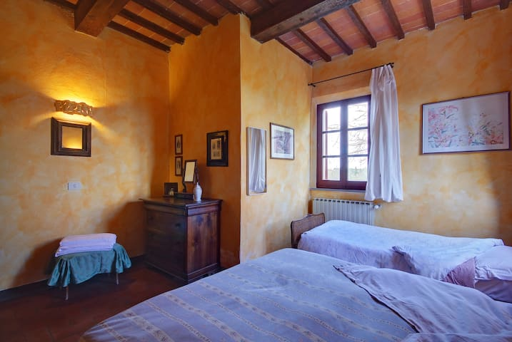 la camera per la famigliola - Bettolle - Bed & Breakfast