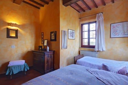 la camera per la famigliola - Bettolle - Aamiaismajoitus