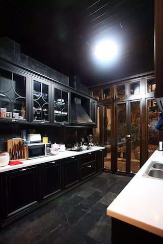 独立厨房(博洛尼厨柜,带自动洗碗机、烤箱、消毒柜、三星全进口制冰双门冰箱、双立人刀具、米技电陶炉、菲仕乐锅具)