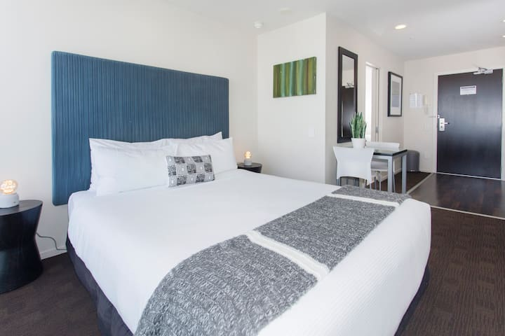 """""""This was a diamond of an apartment. The location is unbeatable, the space was great for the two of us, and Paul was so easy to work with. This was the perfect way to start our trip in New Zealand"""" - Mary"""