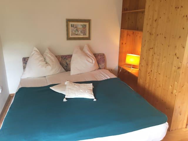 Schlafzimmer mit französischem Bett.
