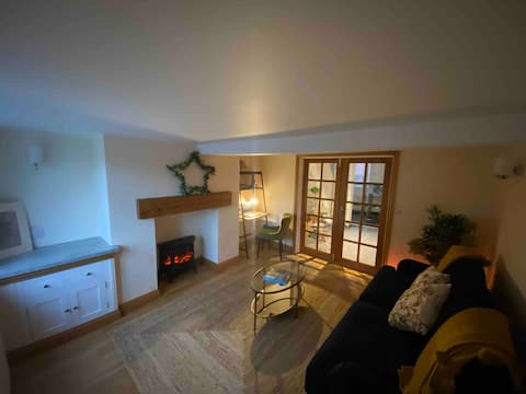 Newly renovated 2 bedroom old English cottage