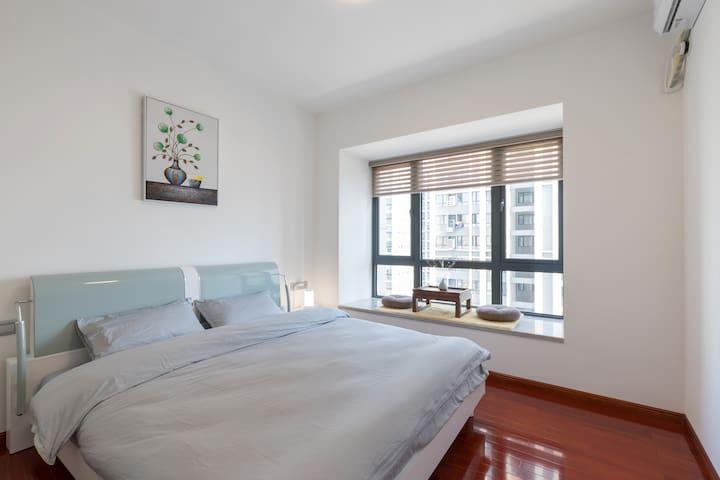 卧室二,1.8双人大床,床头柜,嵌入式衣柜。