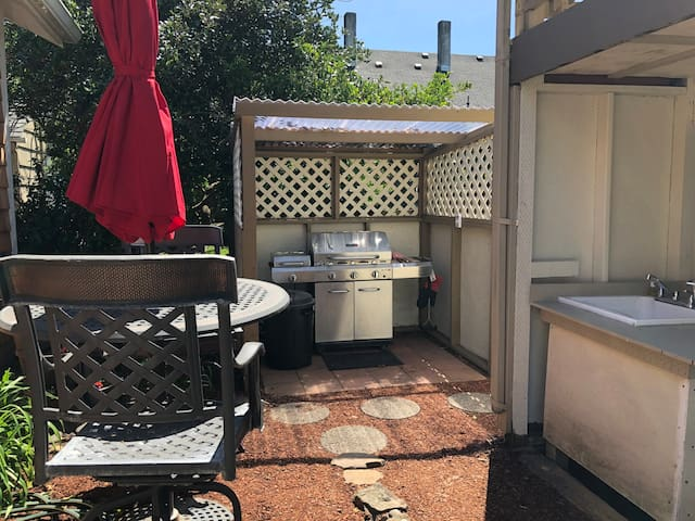 Enclosed Infrared BBQ & Outdoor Kitchen Area
