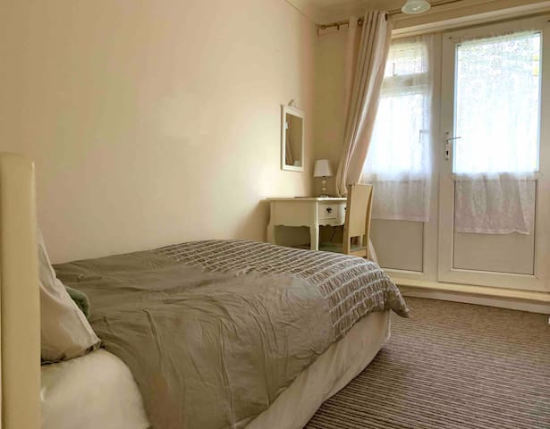 Convenient single room in city centre home to stay