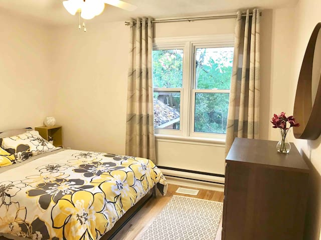 Clean and quiet room - 10 min drive to downtown