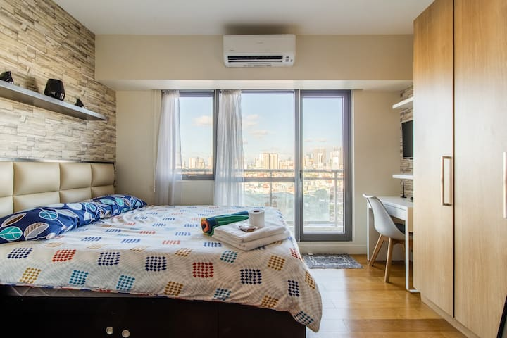 Cozy 1-BR + Corner Balcony + WiFi+Gym+Pool