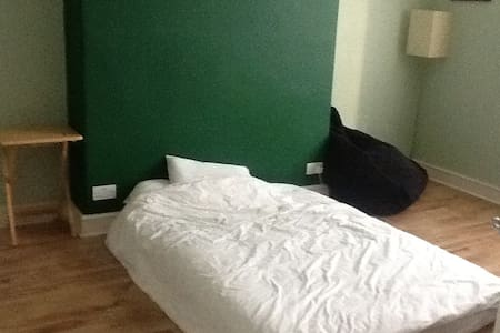 Large and furnished room. - North Shields