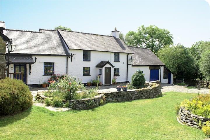 Henfaes Isaf, Tranquil Farmhouse near Snowdonia