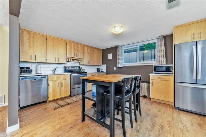 Large 2 Bedroom Suite close to DT & YYC Airport
