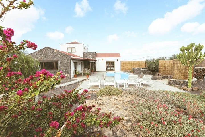 Villa Arriba - rustic villa with private pool and garden in Lajares