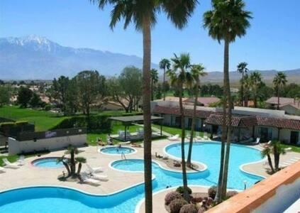 Modern Desert Oasis on Golf Course - デザートホットスプリングス