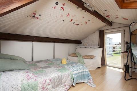 jolie petite chambre mansardée dans maison